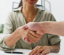 党政代表团在政府大楼展开会议